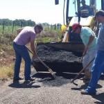 """Prefeito, servidores e agricultores de Jacuizinho realizam """"tapa buraco"""" na VRS 817"""